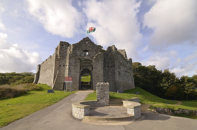 Oystermouth Castle © Mel hartshorn cc-by-sa/2.0 :: Geograph Britain and  Ireland